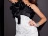 Белое платье с черным бантом на груди