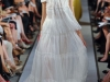 Белое длинное платье с открытыми плечами от Oscar de la Renta