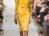 Платье-футляр желтое с кружевом от Oscar de la Renta