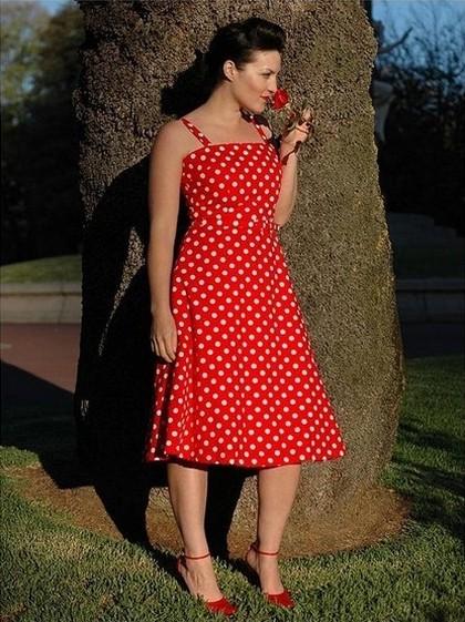 Красное платье полька дот
