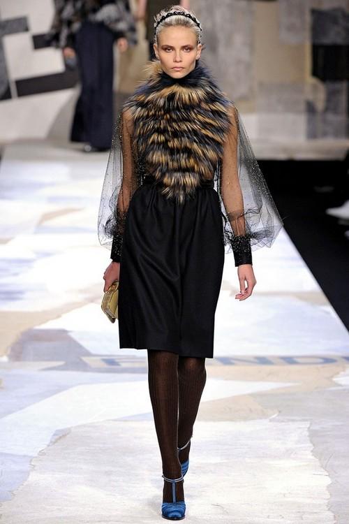 Платье с мехом на декольте от Фенди (Fendi)