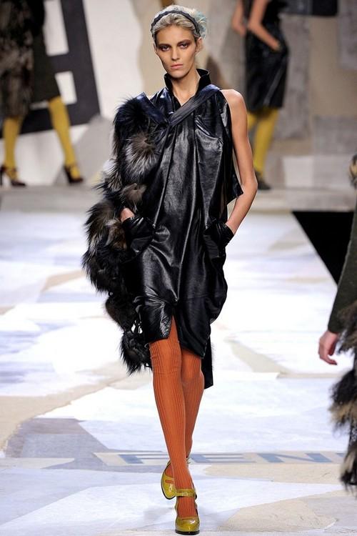 Черное кожаное платье с мехом от Fendi