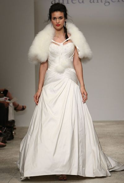 Зимнее свадебное платье фото Alfred Angelo
