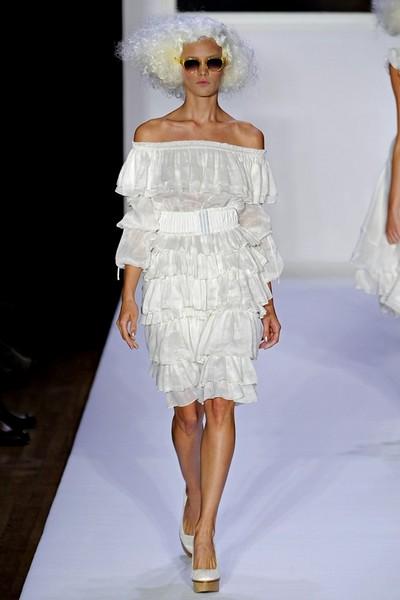 Белое вечернее платье от Bebe – бельевой стиль в одежде