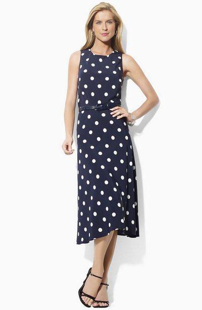 Темно синее платье в горошек фото
