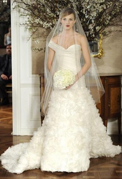 Свадебное платье с приспущенной бретелью от Romona Keveza