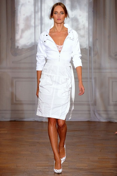 Спортивное платье-сафари белого цвета от Nina Ricci, 2012