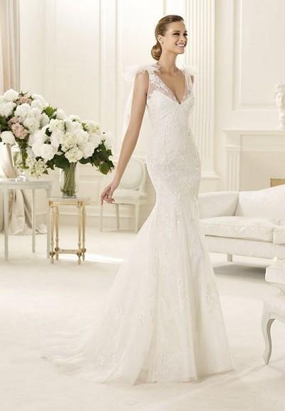 Свадебное платье в стиле годе с V-образным вырезом