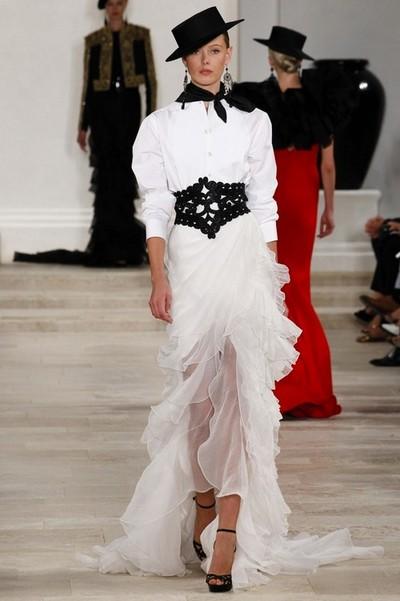 Белое платье с черным поясом и платком на шею от Ralph Lauren