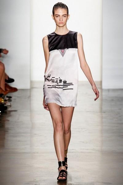 Платья черно-белые короткие, на фото модель Mandy Coon