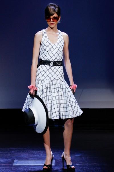 Черно-белое летнее платье до колена от Douglas Hannant