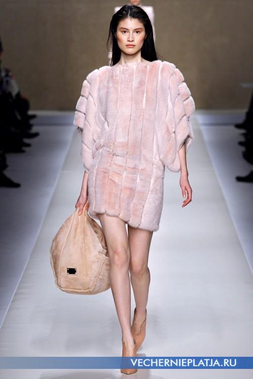 Короткое платье из светло-розового меха Blumarine