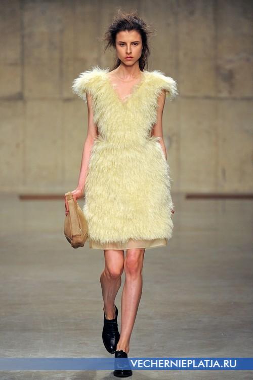 Роскошное меховое желтое платье от Simone Rocha