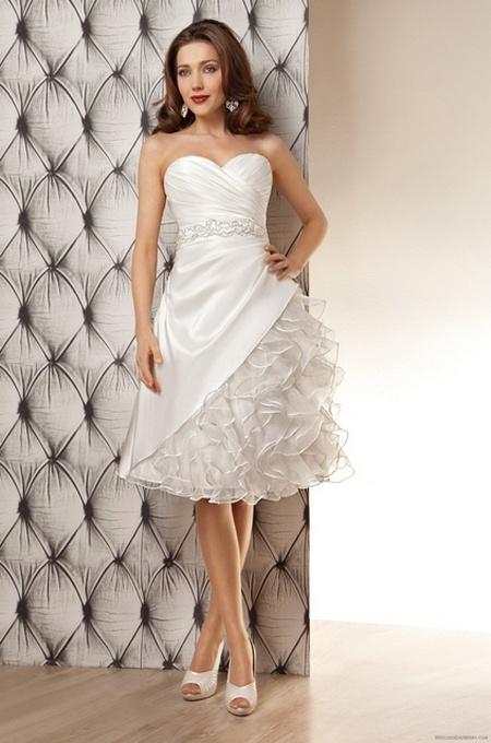 Свадебное короткое платье с пышной юбкой