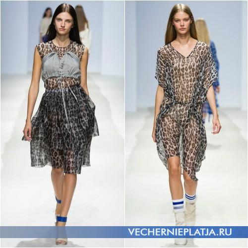 Платья с анималистическим принтом, на фото модели Christian Wijnants