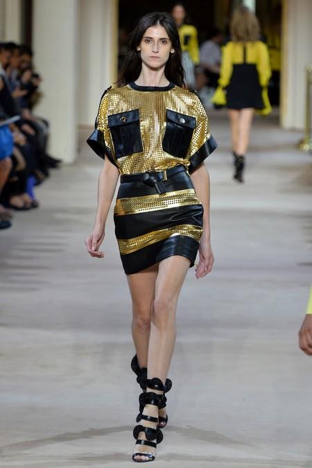 Черные босоножки к золотисто-черному платью от Emanuel Ungaro
