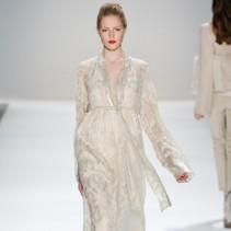 Бежевые платья – нежность и умиротворенность мягкой красоты