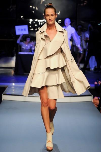 Асимметричные платья с воланами