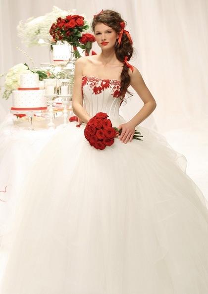 Платья в бело красных тонах