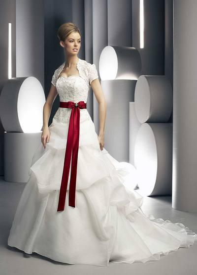 Пышные красно-белые платья