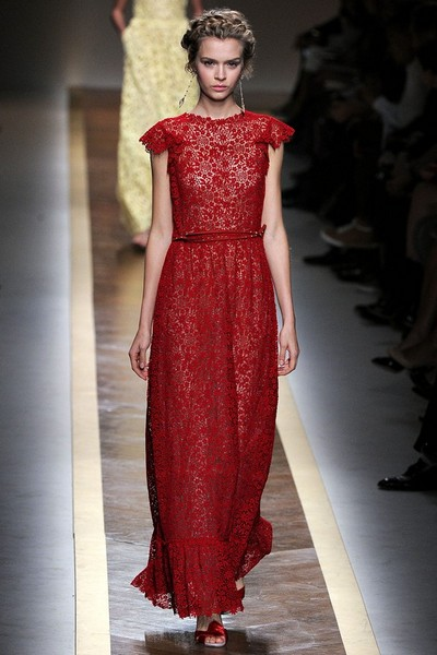 Длинное кружевное платье красное с черным