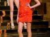 Модное оранжевое платье на одно плечо Versace
