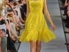Желтое платье с квадратным вырезом