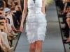 Белое платье с квадратным вырезом