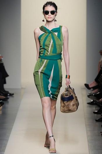 Плаття-футляр в смужку 2012 від Bottega Veneta.