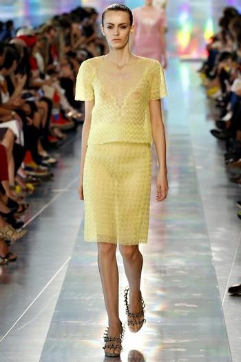 Женщина в просвечивающее желтое платье смотреть онлайн фотоография