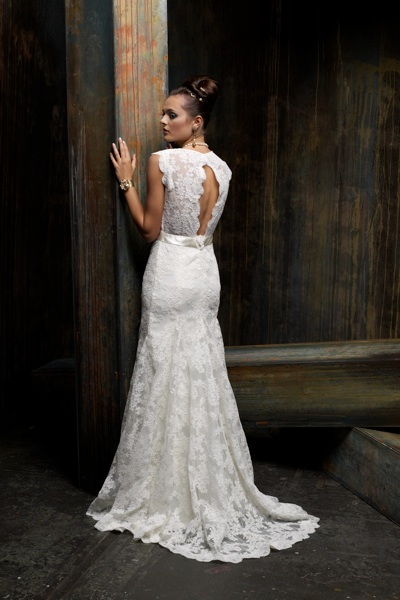 Кружевное свадебное платье с вырезом на спине