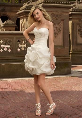 Короткое свадебное платье с пышной юбкой