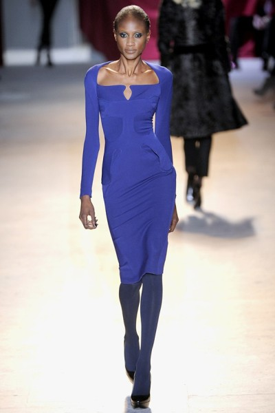Синее платье-футляр от Zac Posen