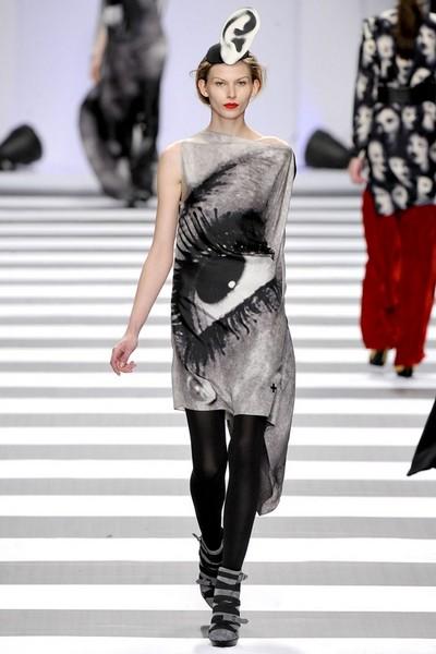 Платье с черным рисунком