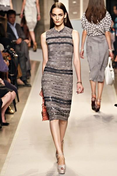 Деловые платья-футляр от Loewe