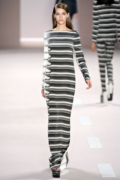 Платье в горизонтальную черно-белую полоску от Akris