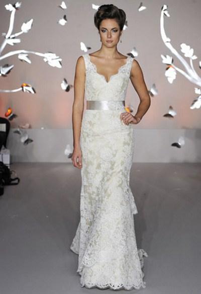 Свадебное платье с бретельками и V-образным вырезом от Alvina Valenta