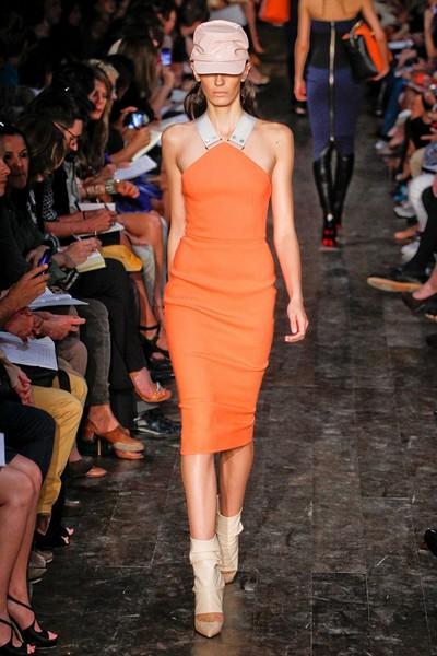 Модное платье-футляр спортивного стиля от Victoria Beckham
