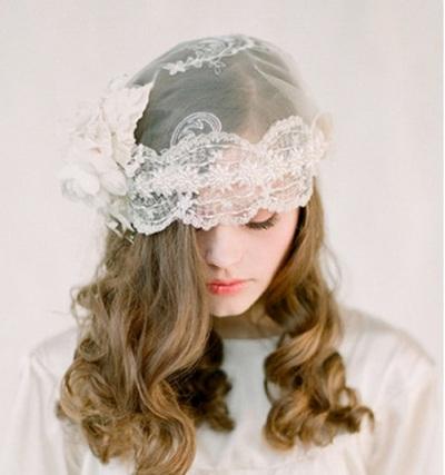 Фата-шляпка с коротким платьем