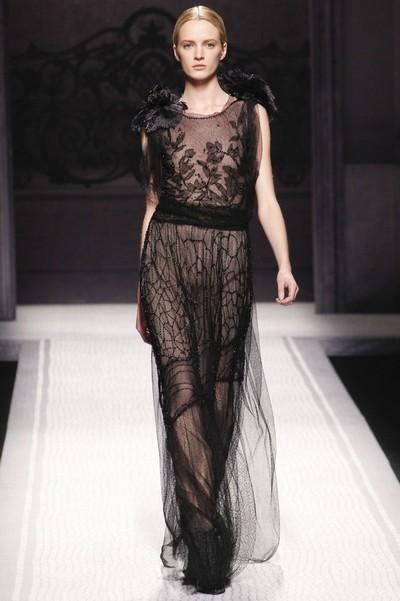 Прозрачное черное вечернее платье с вышивкой на Новый год 2013 от Alberta Ferretti