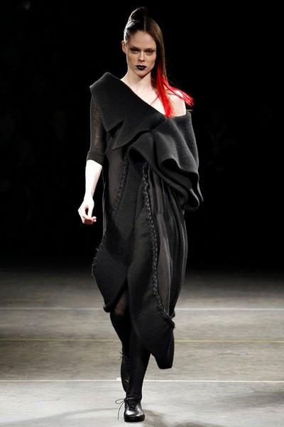 Вязаное асимметричное платье от Yohji Yamamoto