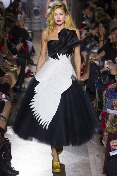 Красивые черно-белые платья 2013, на фото модель от Giles