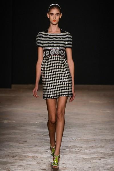 Платье в черно-белый узор от Aquilano Rimondi