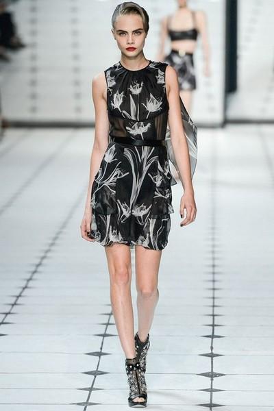 Короткое черное платье с белыми цветами от Jason Wu