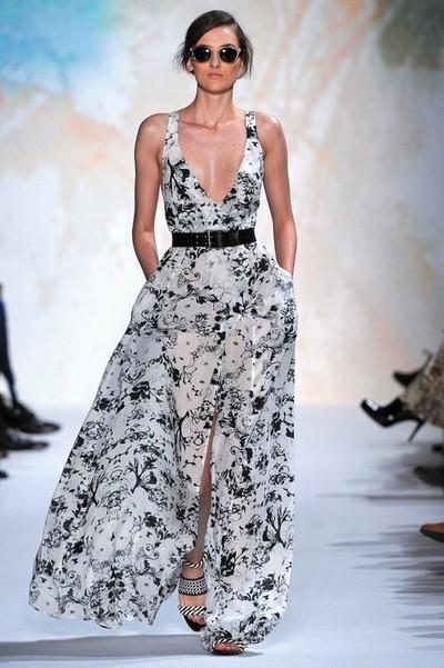 Красивое белое платье с черными цветами, на фото модель от Paul & Joe