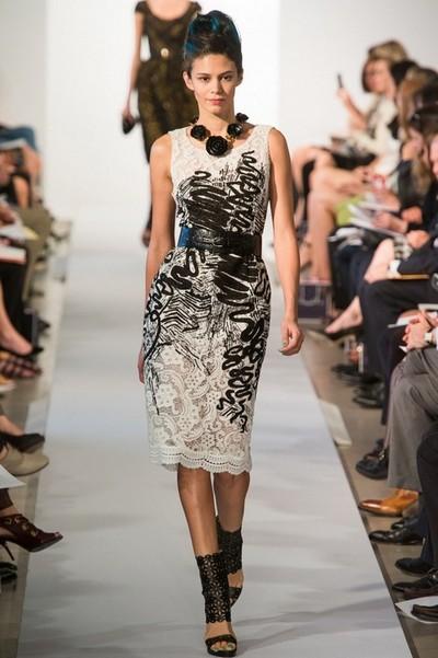 Кружевное черно-белое платье 2013, на фото модель Oscar de la Renta