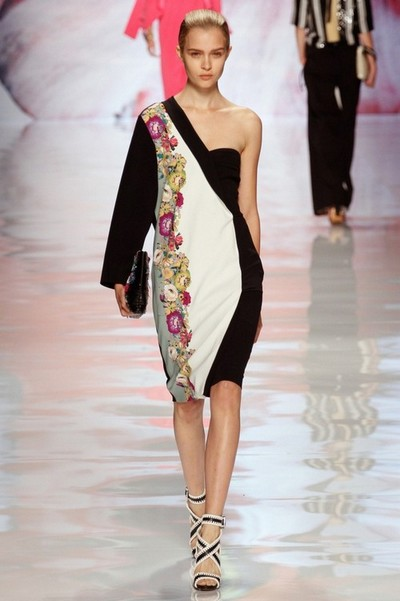 Черно-белое оригинальное платье с цветами от Etro