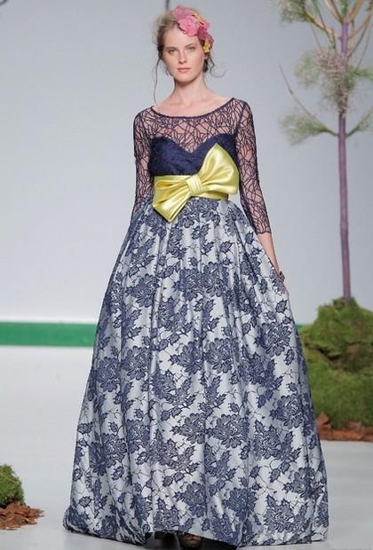 Синее свадебное платье с кружевным верхом от Carla Ruiz