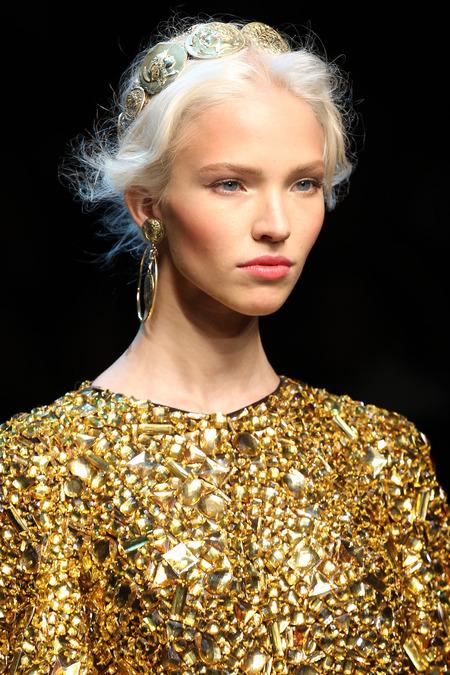 С каким украшениями носить золотистое платье