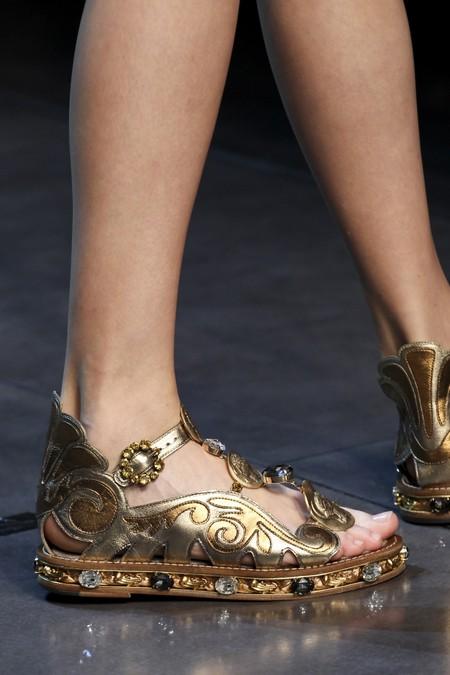 Золотистые босоножки Dolce Gabbana на низком ходу к платью